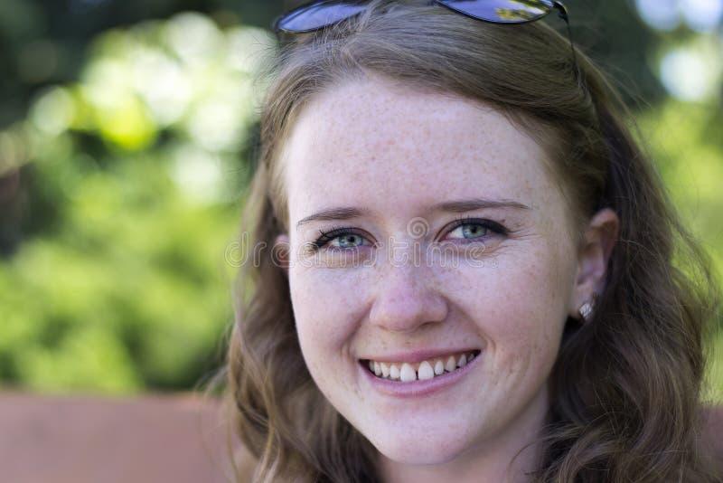 Porträt eines jungen Mädchens mit einem Lächeln stockfoto