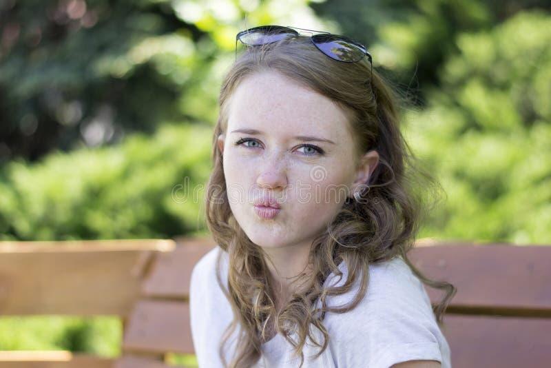Porträt eines jungen Mädchens mit einem Lächeln, Lippen mit einem Bogen stockbilder