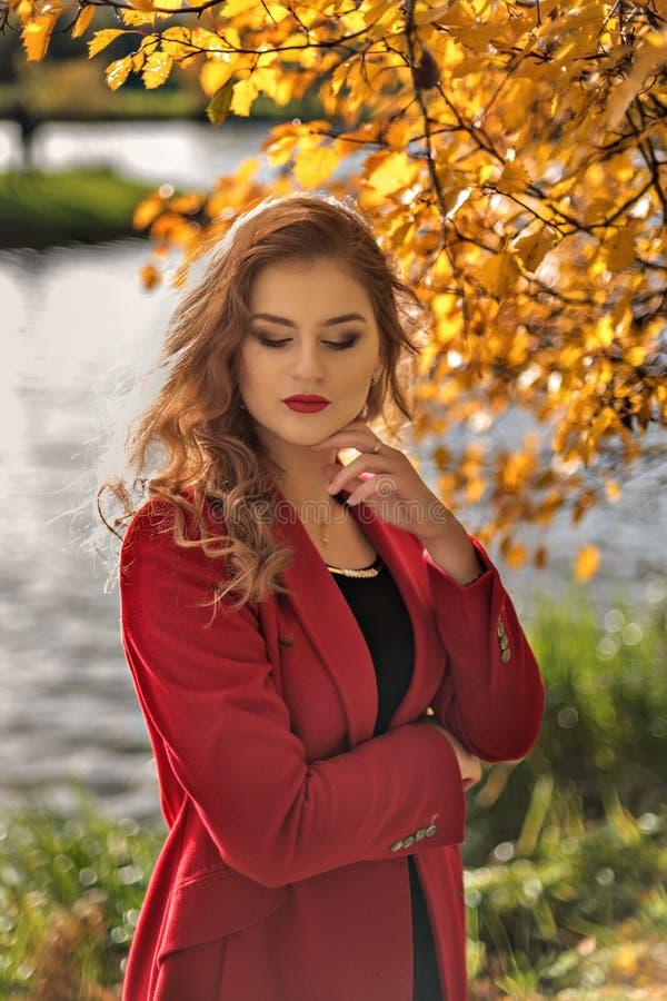 Porträt eines jungen Mädchens mit einem schönen Make-up auf geschlossenen Augen in einer Herbstlandschaft stockbild