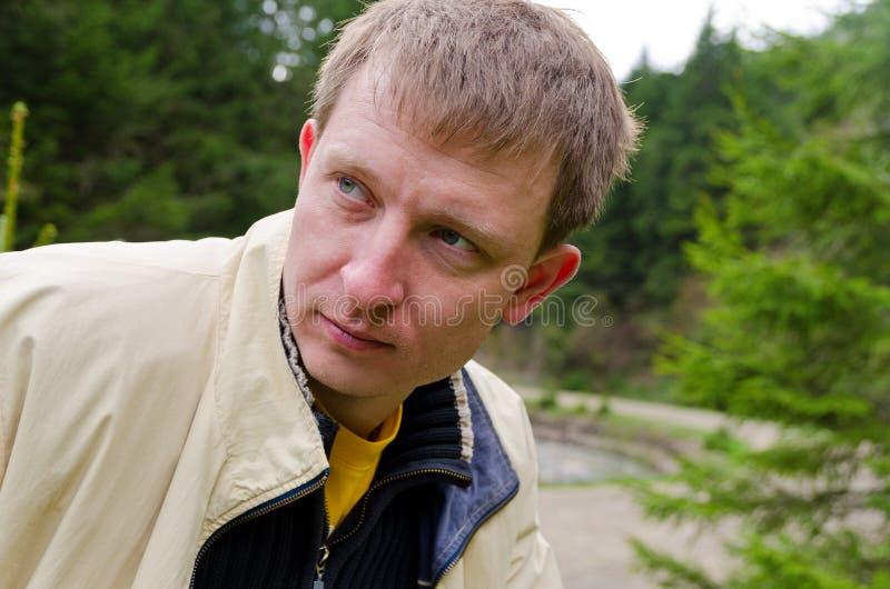 Porträt eines jungen Mannes in der Landschaft lizenzfreie stockbilder