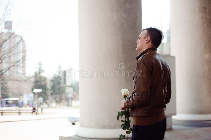 Porträt eines jungen Mannes in der Liebe, die auf seine Freundin wartet lizenzfreies stockfoto