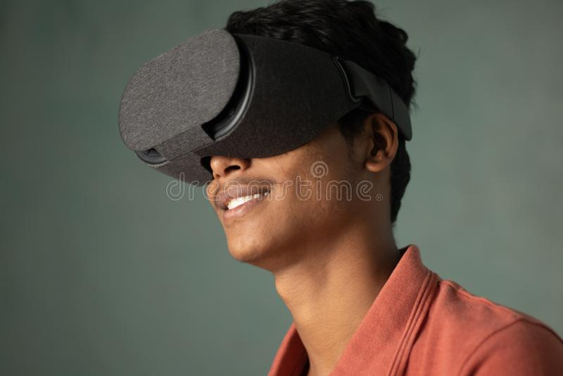 Porträt eines jungen Mannes, der virtuelle Realität durch einen VR-Kopfhörer erfährt lizenzfreie stockbilder