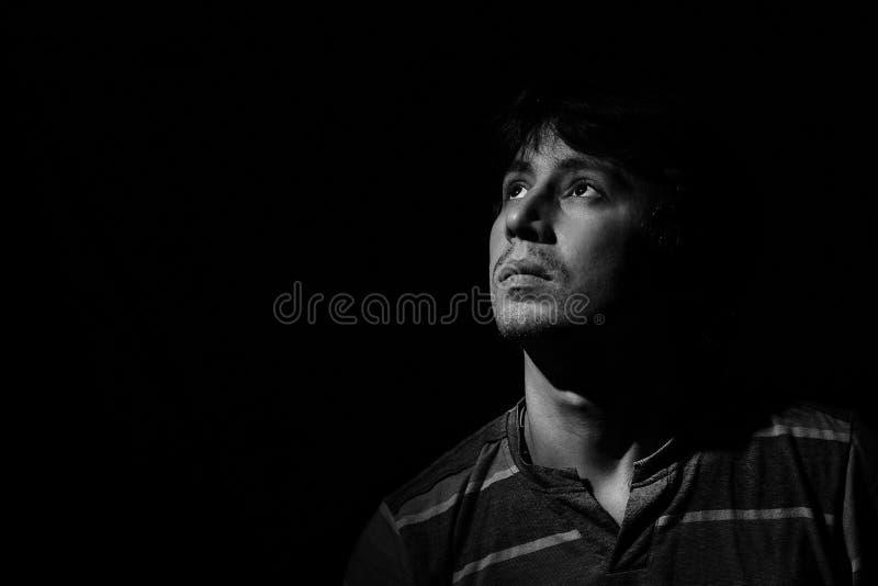 Porträt eines jungen Mannes in einem zurückhaltenden stockbild