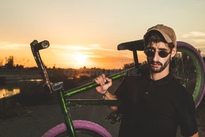 Porträt eines jungen Mannes mit einem bmx Fahrrad lizenzfreies stockbild