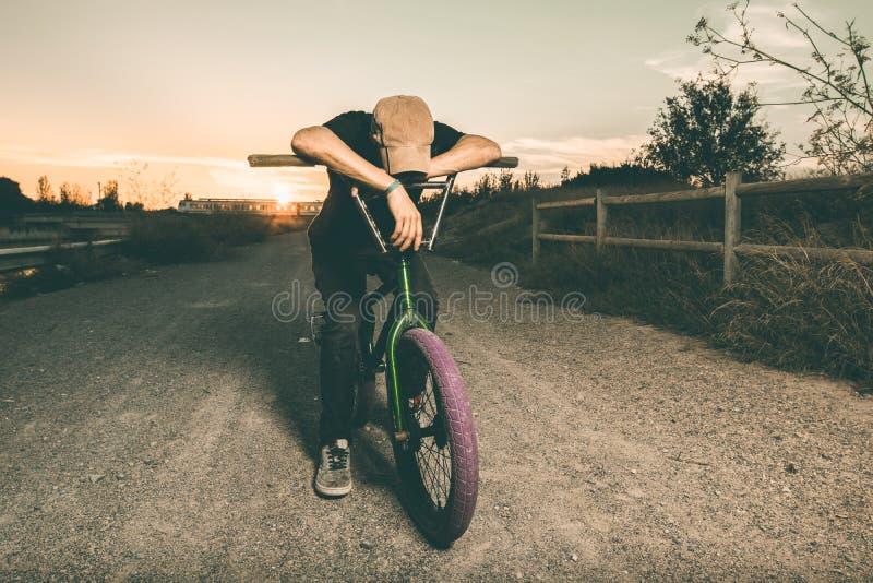 Porträt eines jungen Mannes mit einem bmx Fahrrad lizenzfreie stockfotografie