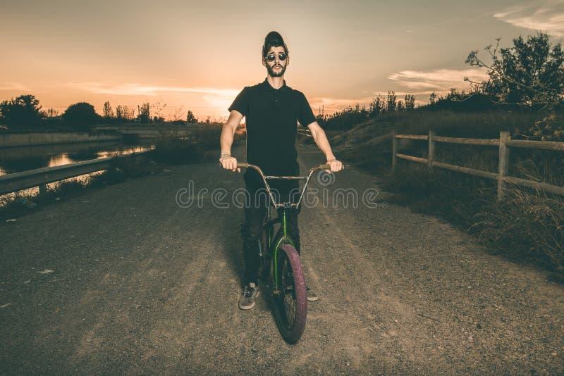 Porträt eines jungen Mannes mit einem bmx Fahrrad lizenzfreies stockfoto