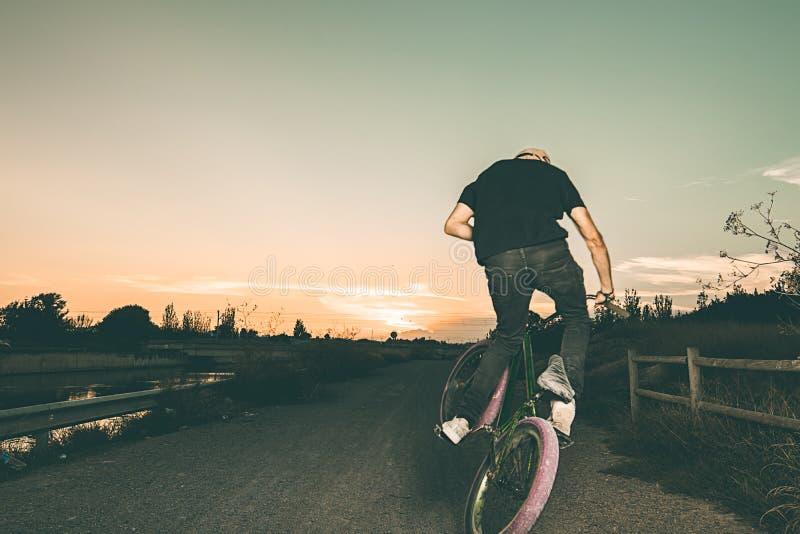 Porträt eines jungen Mannes mit einem bmx Fahrrad stockfotos