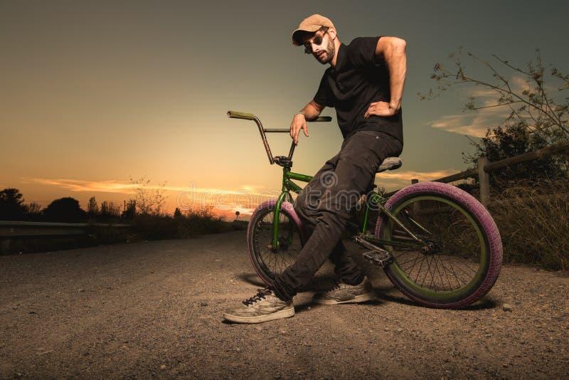 Porträt eines jungen Mannes mit einem bmx Fahrrad stockbild