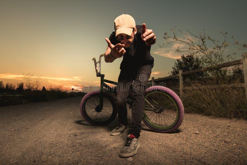 Porträt eines jungen Mannes mit einem bmx Fahrrad lizenzfreie stockbilder