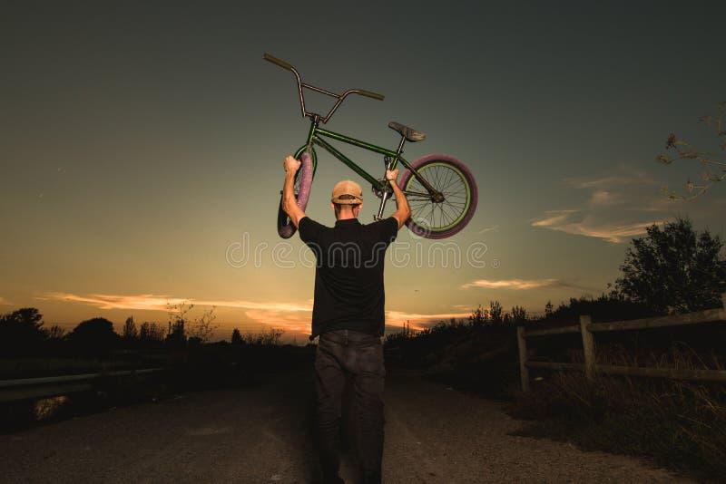 Porträt eines jungen Mannes mit einem bmx Fahrrad stockfoto