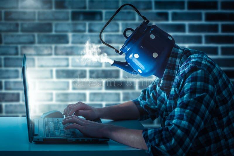 Porträt eines jungen Mannes mit einem Computer Ein unerfahrener Programmierer kessel lizenzfreie stockfotografie