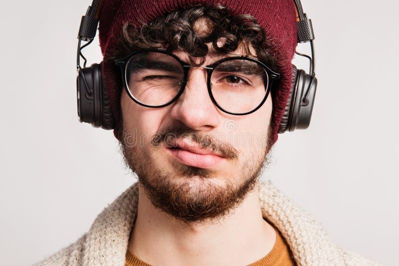 Porträt eines jungen Mannes mit Kopfhörern in einem Studio lizenzfreie stockbilder