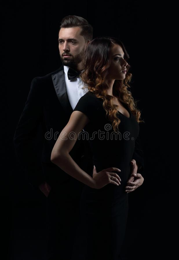 Porträt eines jungen Modepaares lizenzfreie stockfotos