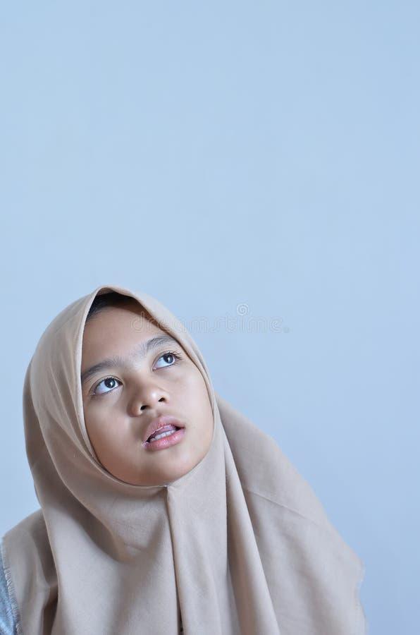 Porträt eines jungen moslemischen Frauenblickes auf leeren Bereich für Zeichen oder copyspace stockfotos