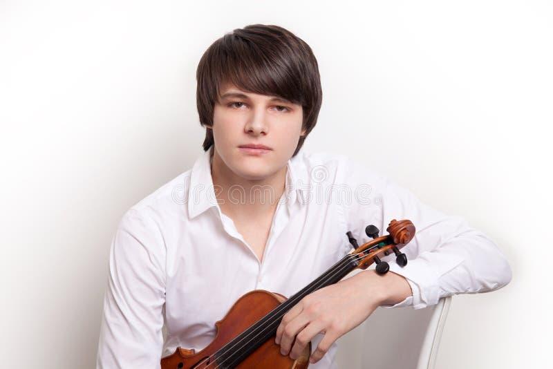 Porträt eines jungen Musikers mit einer Violine lizenzfreies stockfoto