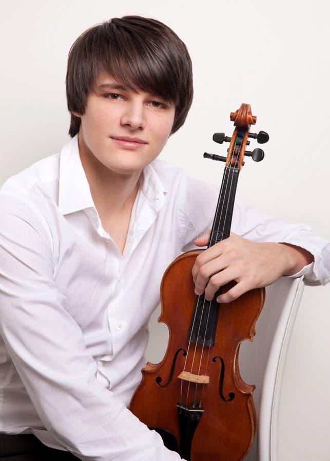 Porträt eines jungen Musikers mit einer Violine lizenzfreie stockfotografie