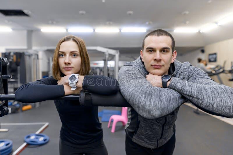 Portr?t eines jungen Paares in der Turnhalle Sport, Training, Familie und gesunder Lebensstil stockbilder