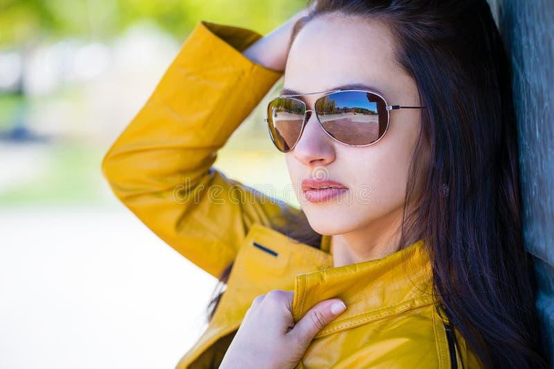 Porträt eines jungen schönen Brunette in widergespiegelter Sonnenbrille lizenzfreies stockfoto