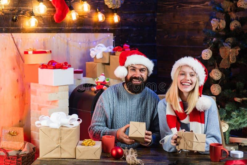 Porträt eines jungen schönen lächelnden Paares Weihnachtspaare Winter freands, die roten Weihnachtsmann-Hut tragen Sinnlich lizenzfreies stockbild