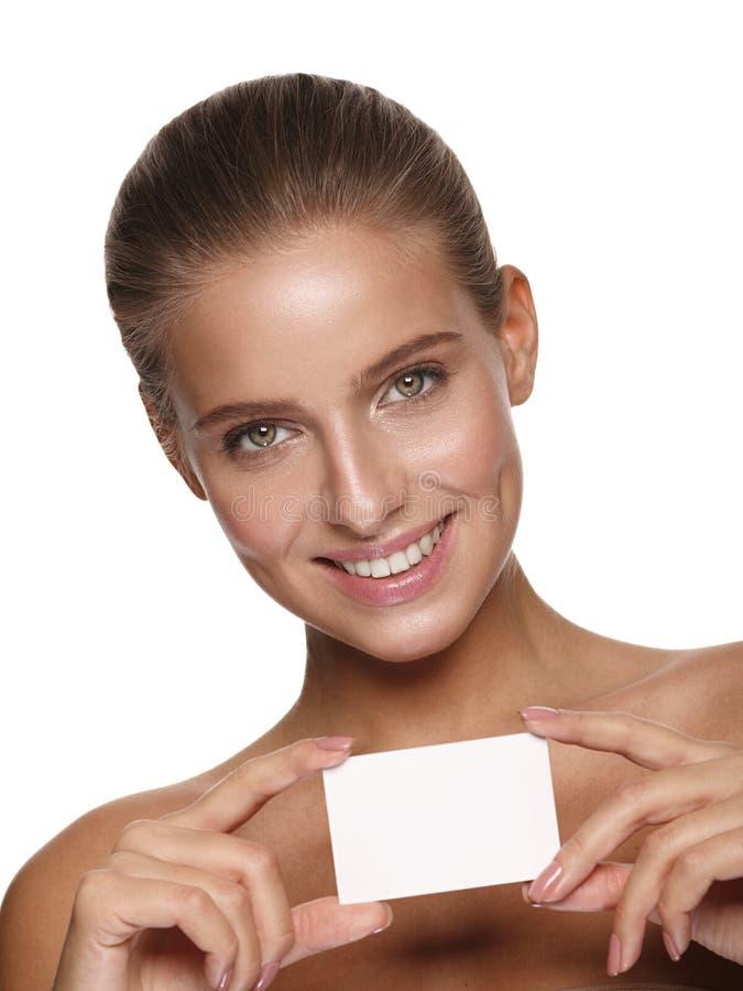 Porträt eines jungen schönen Mädchens, das eine Visitenkarte hält lizenzfreies stockbild