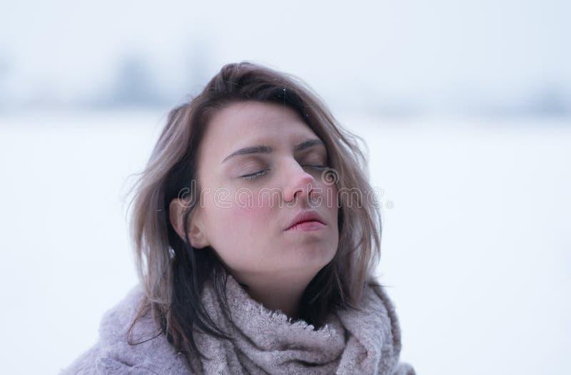 Porträt eines jungen schönen Mädchens im Winter draußen in einem Park stockbilder