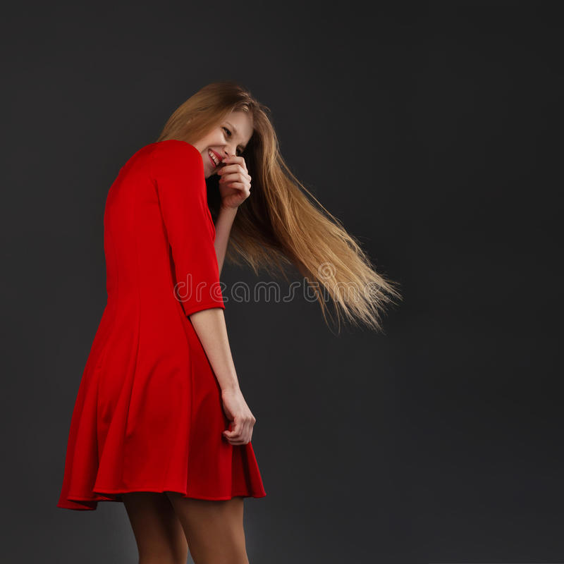 Porträt eines jungen schönen Mädchens mit Augen schloss in einem roten dre stockfoto