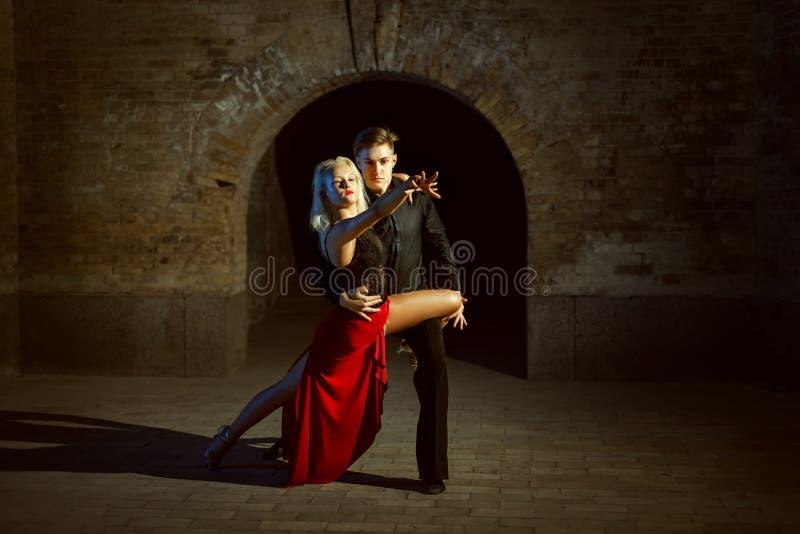 Porträt eines jungen Tanzenpaares lizenzfreies stockfoto