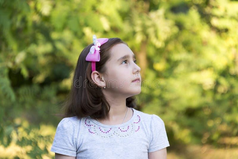 Porträt eines Kindes des kleinen Mädchens im Sommer lizenzfreie stockbilder