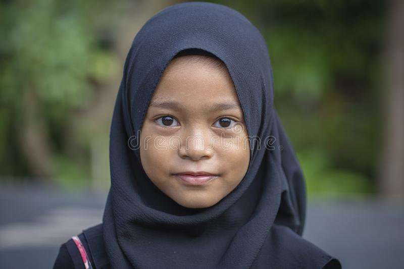Porträt eines kleinen indonesischen moslemischen Mädchens an den Straßen in Ubud, Insel Bali, Indonesien, Abschluss oben lizenzfreie stockbilder