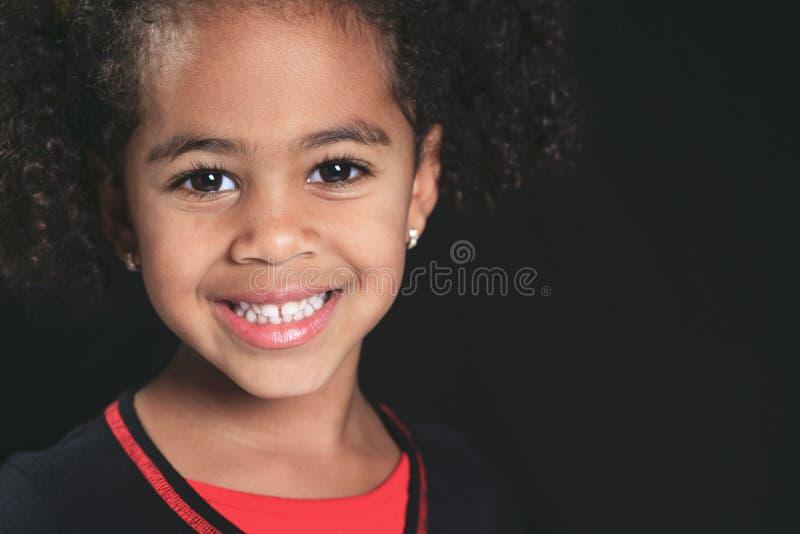 Porträt eines kleinen Jungen des netten Afroamerikaners, auf blac lizenzfreie stockfotos