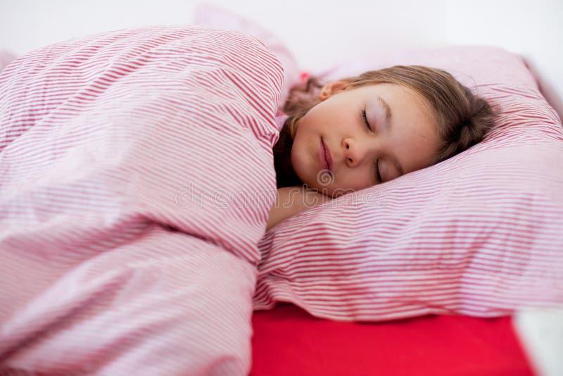 Mädchen, das im Bett slieeping ist lizenzfreie stockfotos
