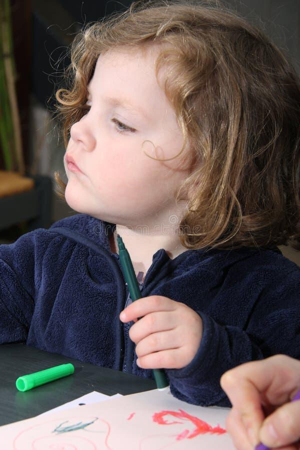 Porträt eines kleinen Mädchens, das zu Hause zeichnet lizenzfreies stockfoto