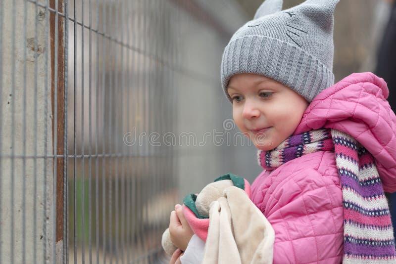 Porträt eines kleinen Mädchens in einer Haube stockfotos