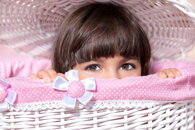 Porträt eines kleinen Mädchens mit großen Augen im rosa Raum lizenzfreie stockbilder