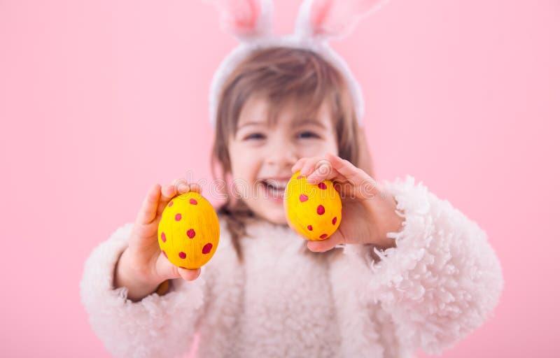 Porträt eines kleinen Mädchens mit Ostereiern der Häschenohren w lizenzfreies stockfoto