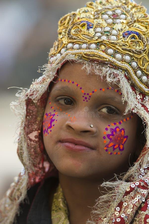 Porträt eines kleinen Mädchens oben gekleidet wie Radha bei Barsana, Uttar Pradesh, Indien stockfotos