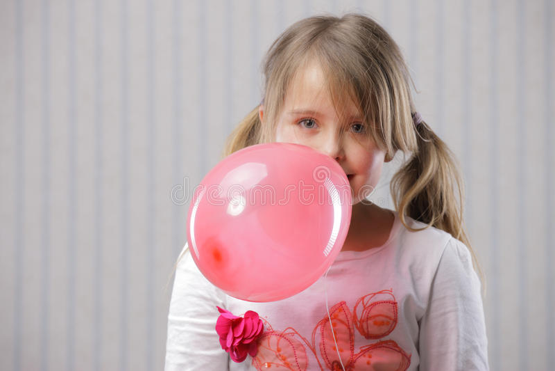Porträt eines kleinen schönen Mädchens lizenzfreies stockbild