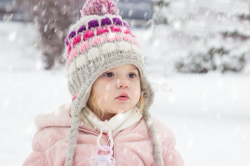 Porträt eines Kleinkindmädchens im Schnee stockfoto