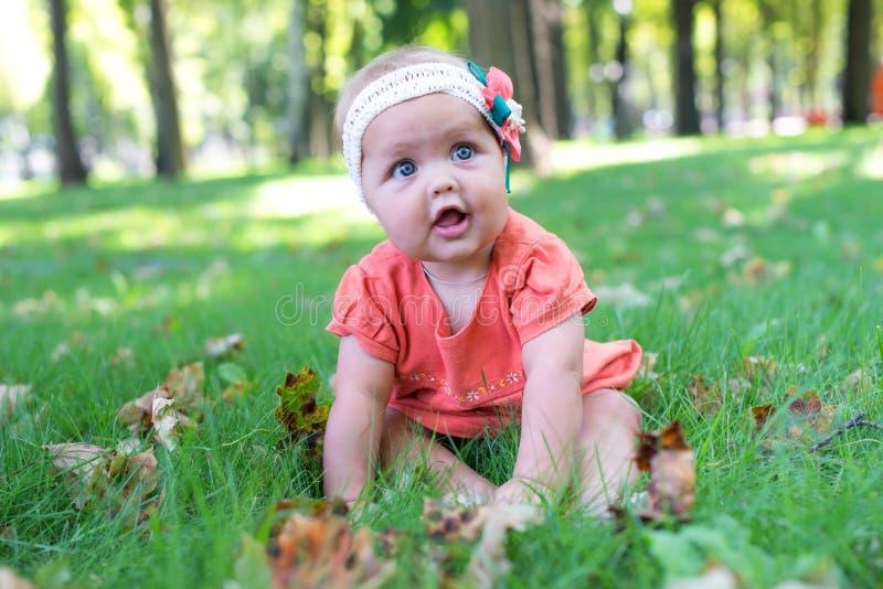 Porträt eines lächelnden Abschlusses des kleinen Mädchens oben stockfotos