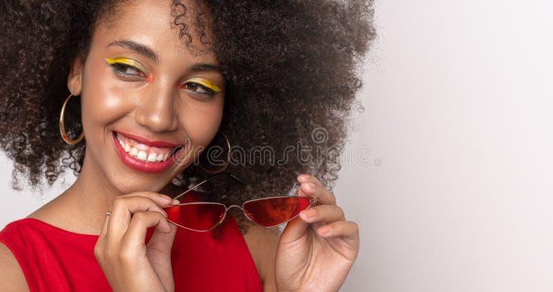 Porträt eines lächelnden dunkelhäutigen Mädchens stockfoto