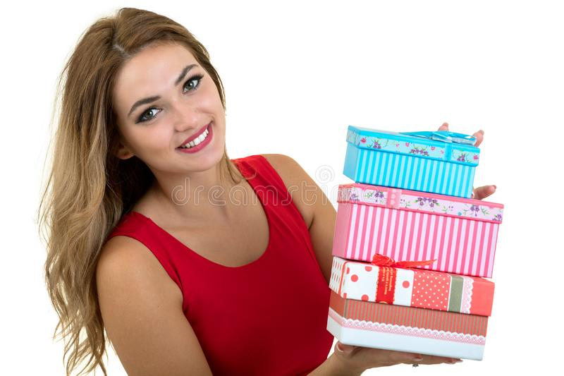 Porträt eines lächelnden hübschen Mädchenholdingstapels Geschenkboxen lokalisiert über weißem Hintergrund stockfotos