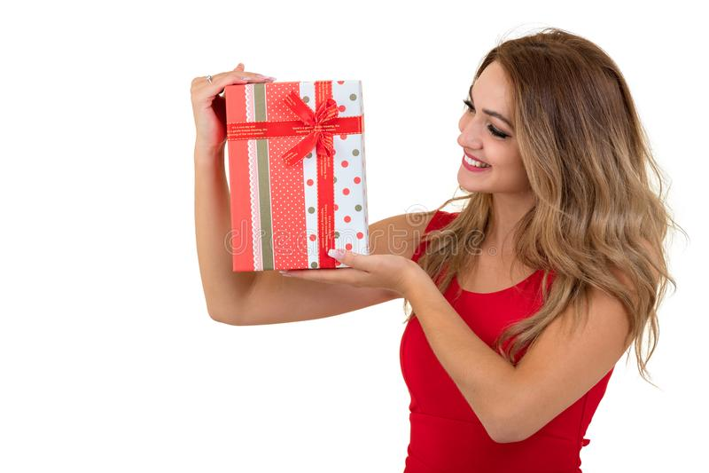 Porträt eines lächelnden hübschen Mädchenholdingstapels Geschenkboxen lokalisiert über weißem Hintergrund lizenzfreie stockbilder