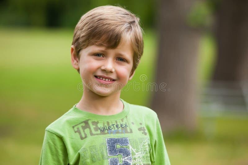 Porträt eines lächelnden Jungen am Park lizenzfreies stockfoto