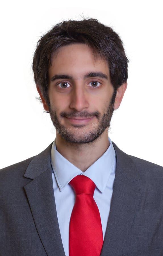 Porträt eines lächelnden lateinischen Geschäftsmannes mit Bart lizenzfreies stockbild