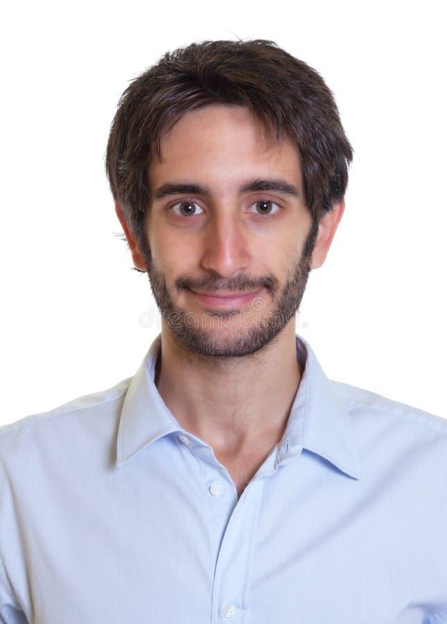 Porträt eines lächelnden lateinischen Kerls mit Bart stockbild