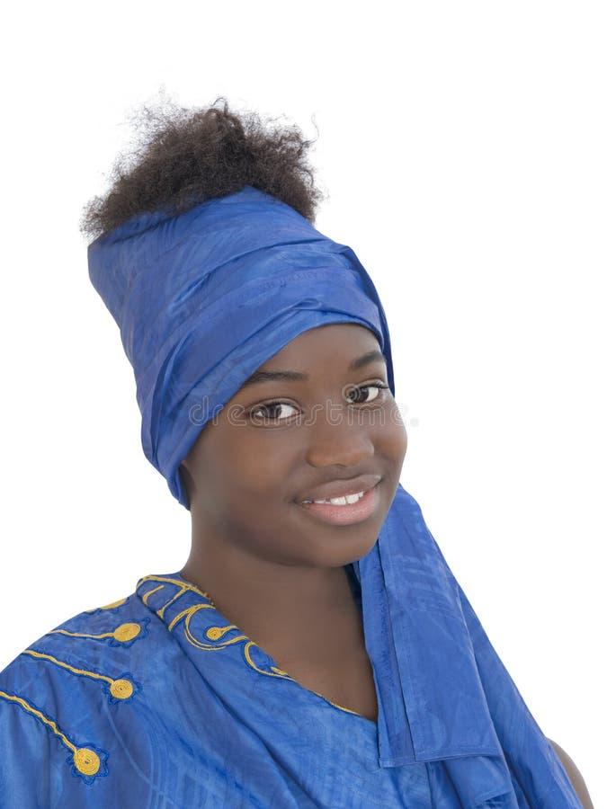 Porträt eines lächelnden Mädchens, das ein blaues Kopftuch, lokalisiert trägt stockfoto