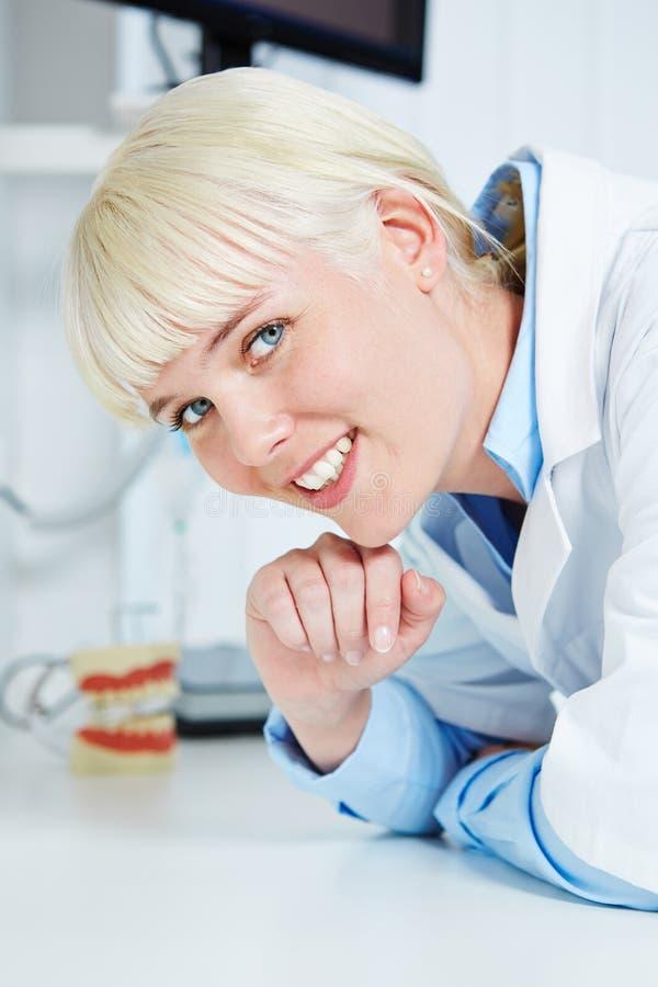 Porträt eines lächelnden weiblichen Zahnarztes stockfotos