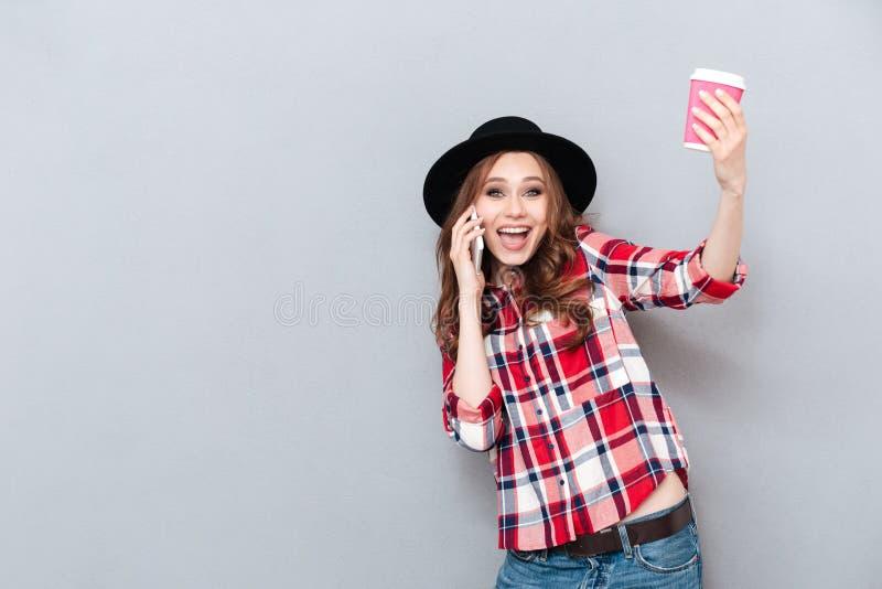 Porträt eines Lächelns regte das zufällige Mädchen auf, das am Handy spricht lizenzfreies stockfoto