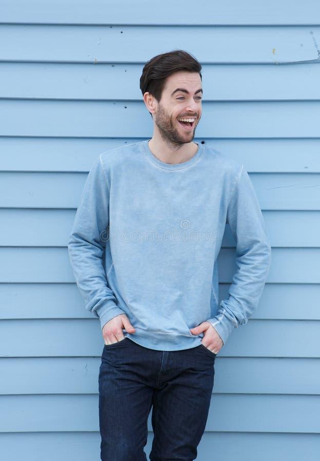 Porträt eines Lachens des jungen Mannes stockbilder