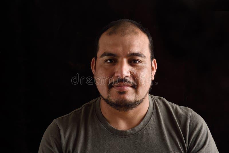 Porträt eines lateinischen Mannes auf Schwarzem stockbilder